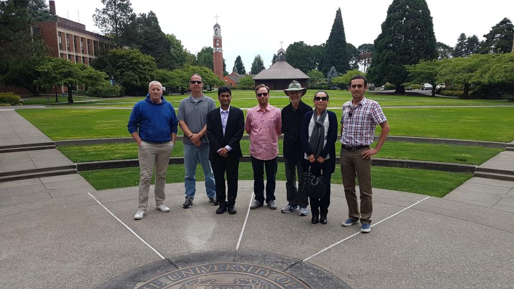 El equipo de RARING CORP en la Universidad de Portland después de una charla sobre innovación dictada por el profesor Naveen Gudigantala.